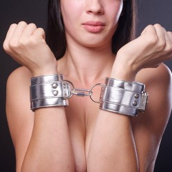 Серебристые наручники с коротким ремешком